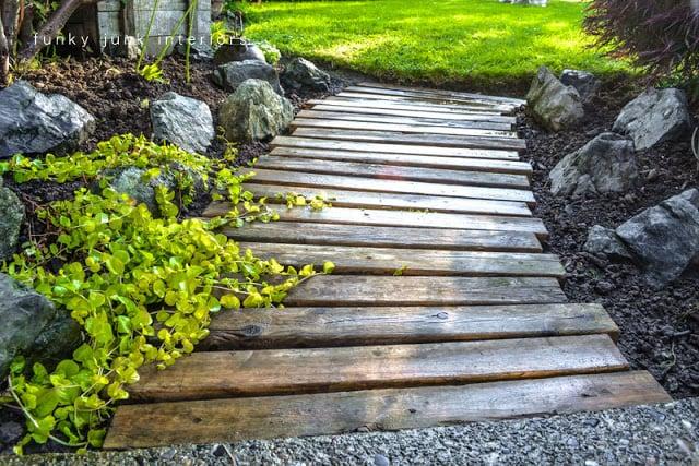 pallet wood walkway / funkyjunkinteriors.net