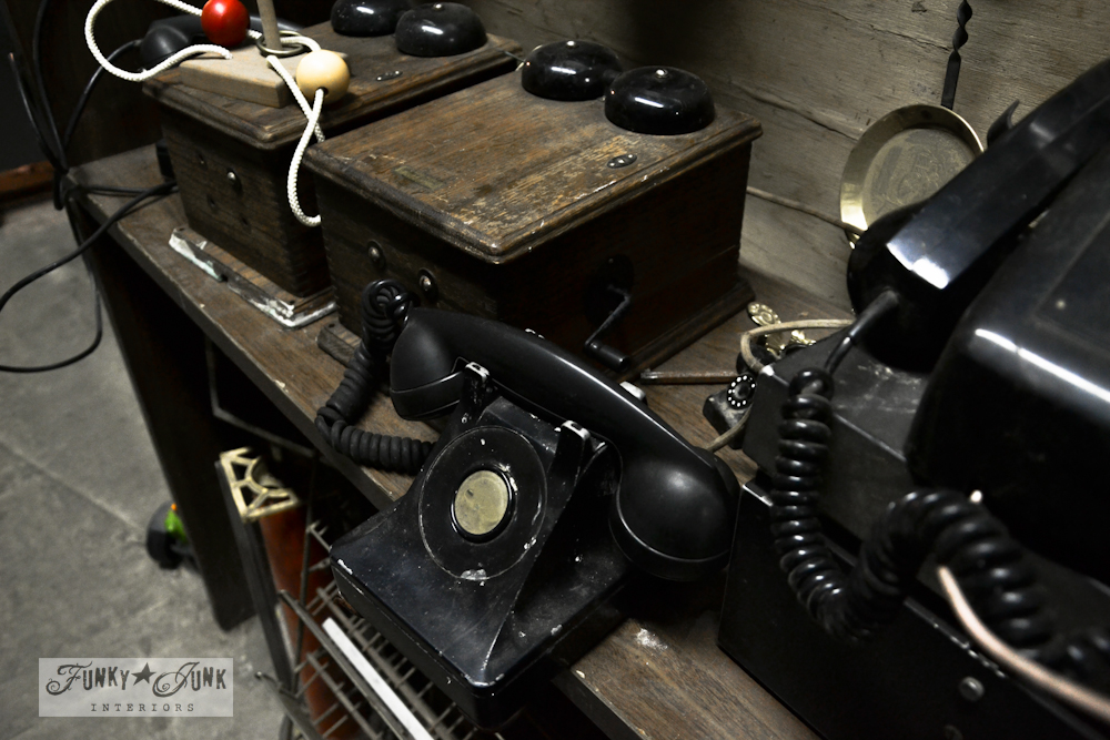 vintage_antique_telephones_black