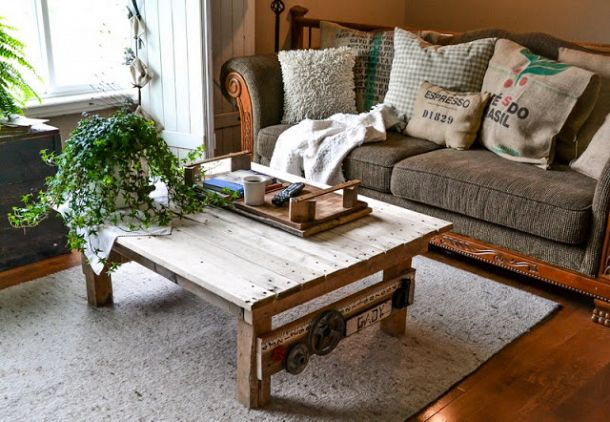 pallet wood coffee table, via Funky Junk Interiors
