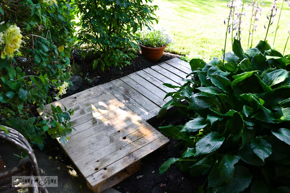 Learn how to make this easy 2-pallet garden walkway! #palletwood #pallets #gardening