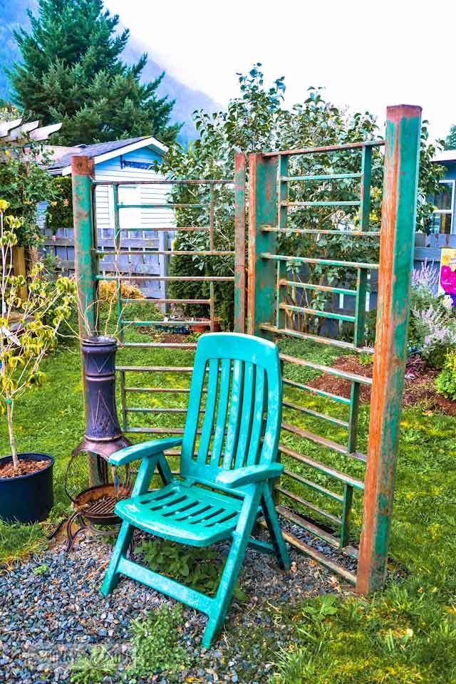Metal trellis garden art structure  / Reclaimed garden features at a Hope garden centre via https://www.funkyjunkinteriors.net/