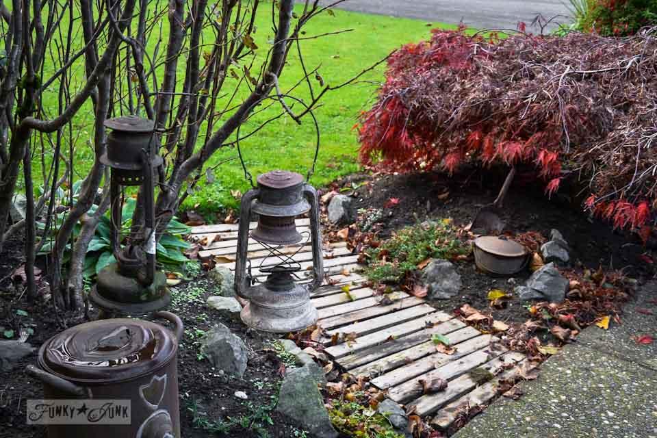 pallet garden walkway in the fall via https://www.funkyjunkinteriors.net/