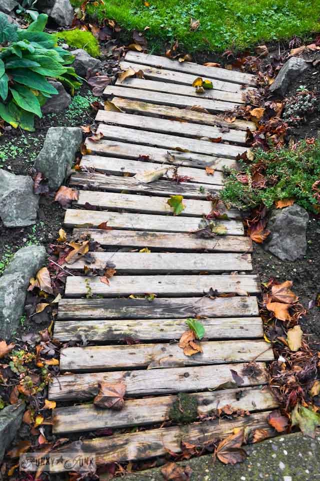 pallet wood garden walkway in fall via https://www.funkyjunkinteriors.net/