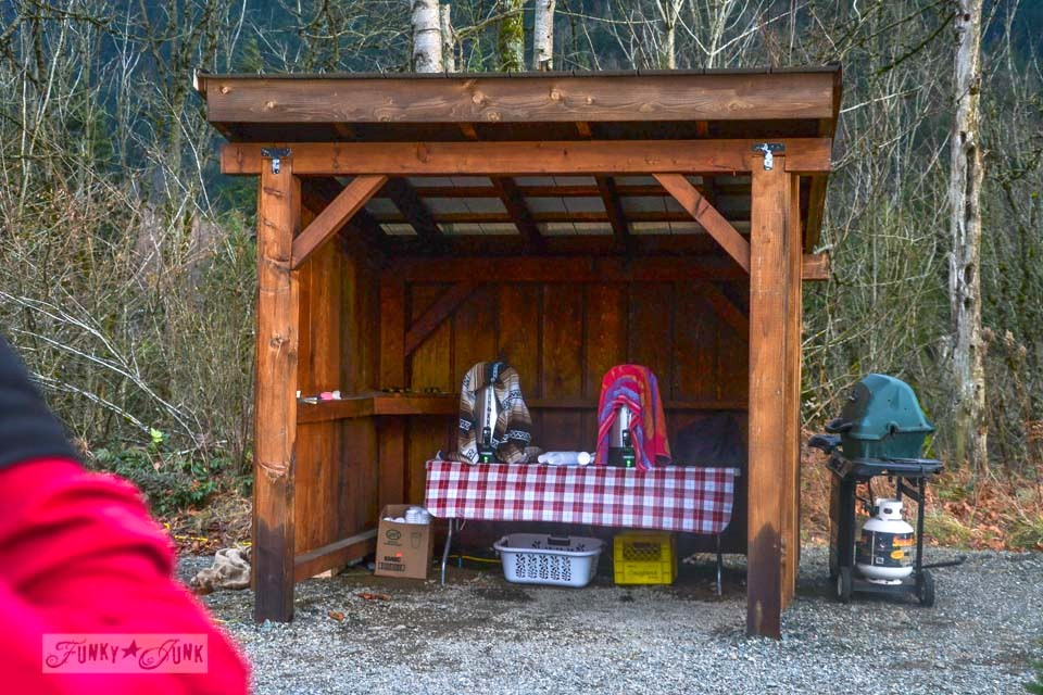 Firepit and hot chocolate at Windsong Christmas tree farm / Landing the perfect walking tree at Woodsong Christmas Trees - our adventure on visiting a tree farm for the first time  via https://www.funkyjunkinteriors.net