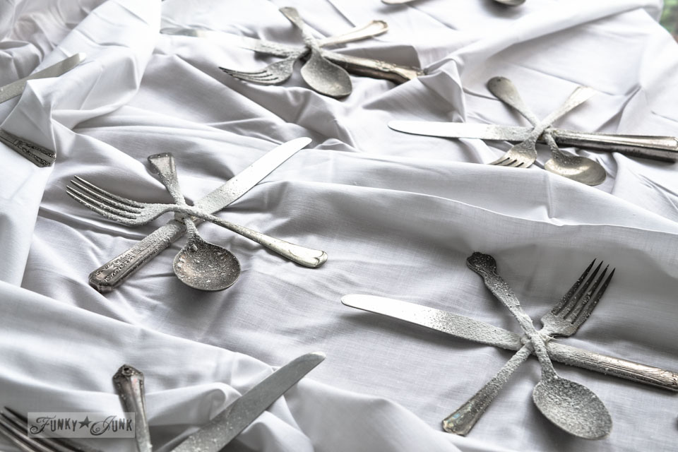 Snowflake cutlery ornament via https://www.funkyjunkinteriors.net/