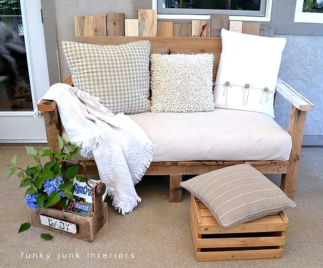 Learn how to build this reclaimed wood pallet sofa, perfect for outdoor living! Comfy and customizable! Click for full details. #pallet #palletwood #palletsofa #palletfurniture