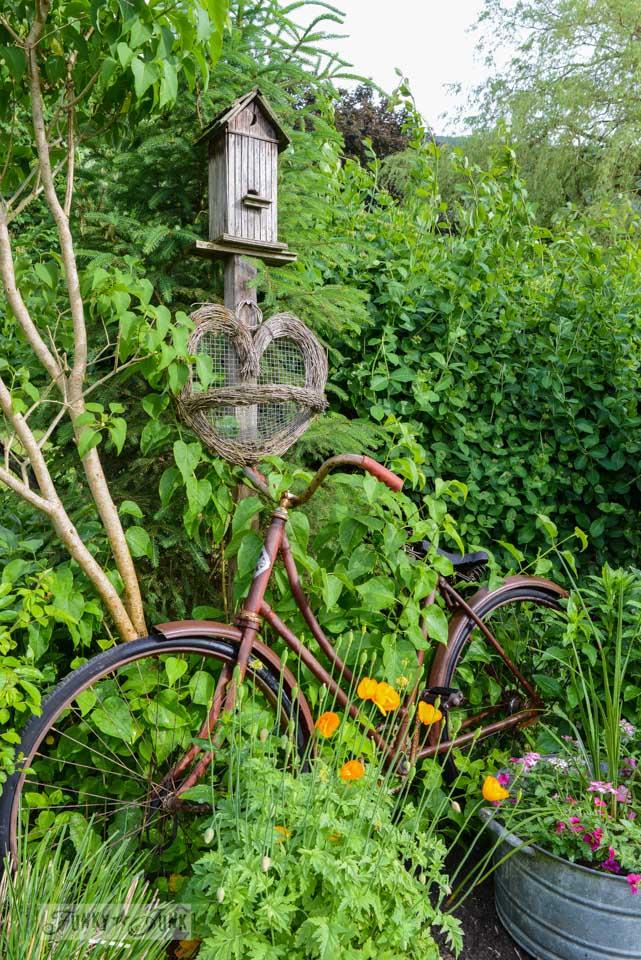 Old bike birdhouse flower garden / funkyjunkinteriors.net