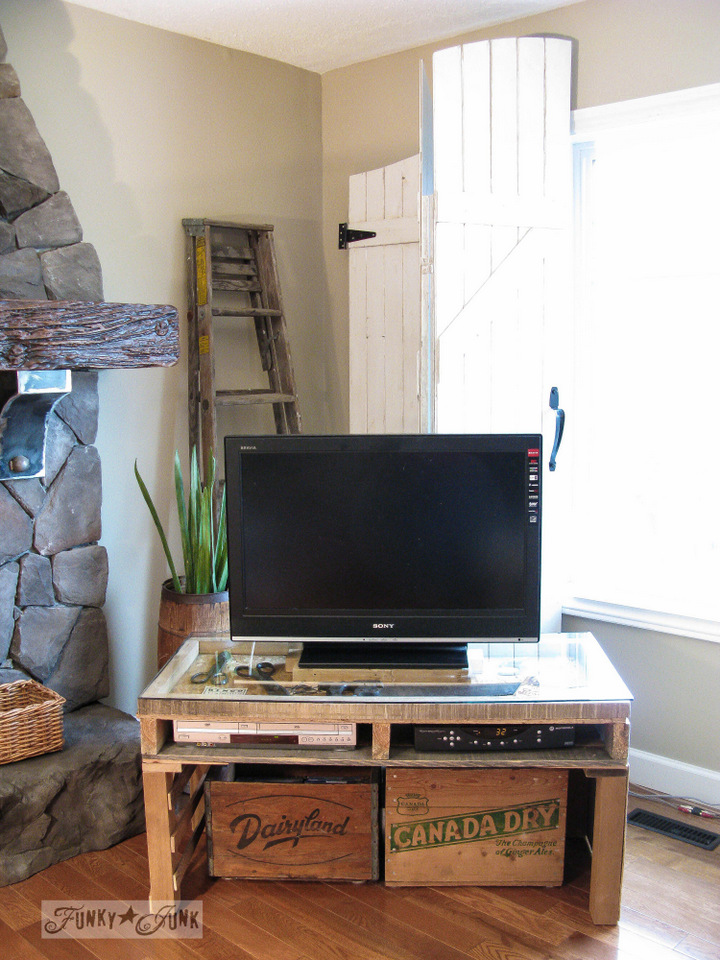 Pallet TV stand / How to marry high tech with an upcycled twist on FunkyJunkInteriors.net #Techoration
