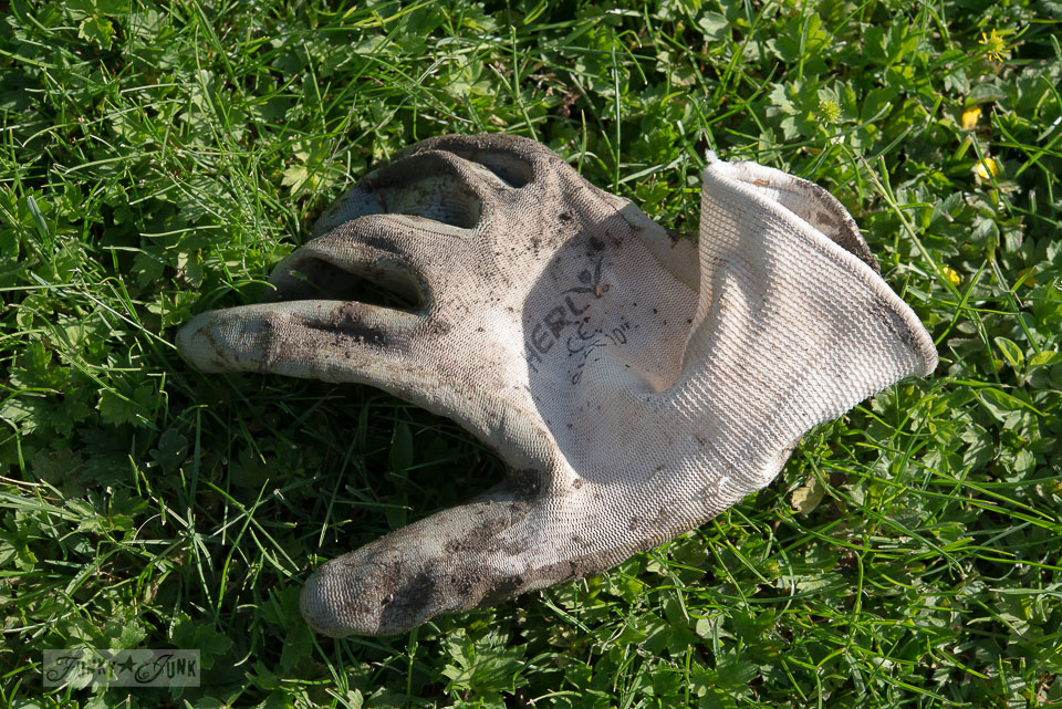 my favourite gardening gloves that are rubber dipped  / funkyjunkinteriors.net