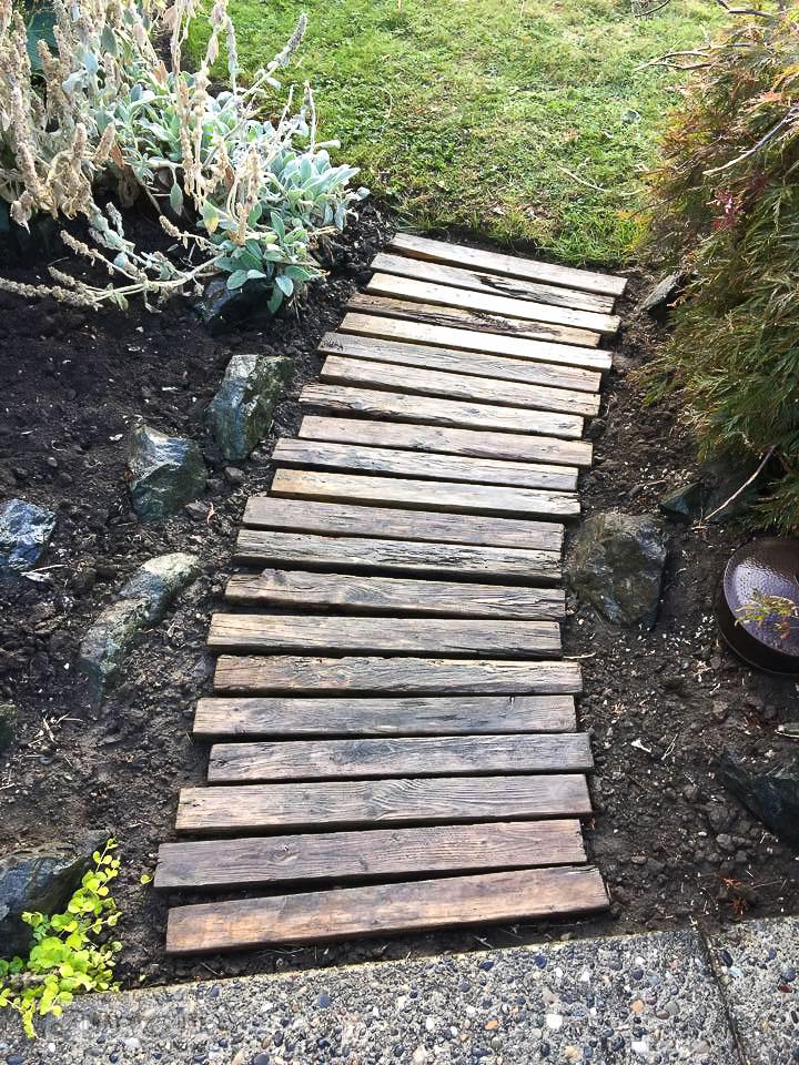 pallet garden walkway / funkyjunkinteriors.net