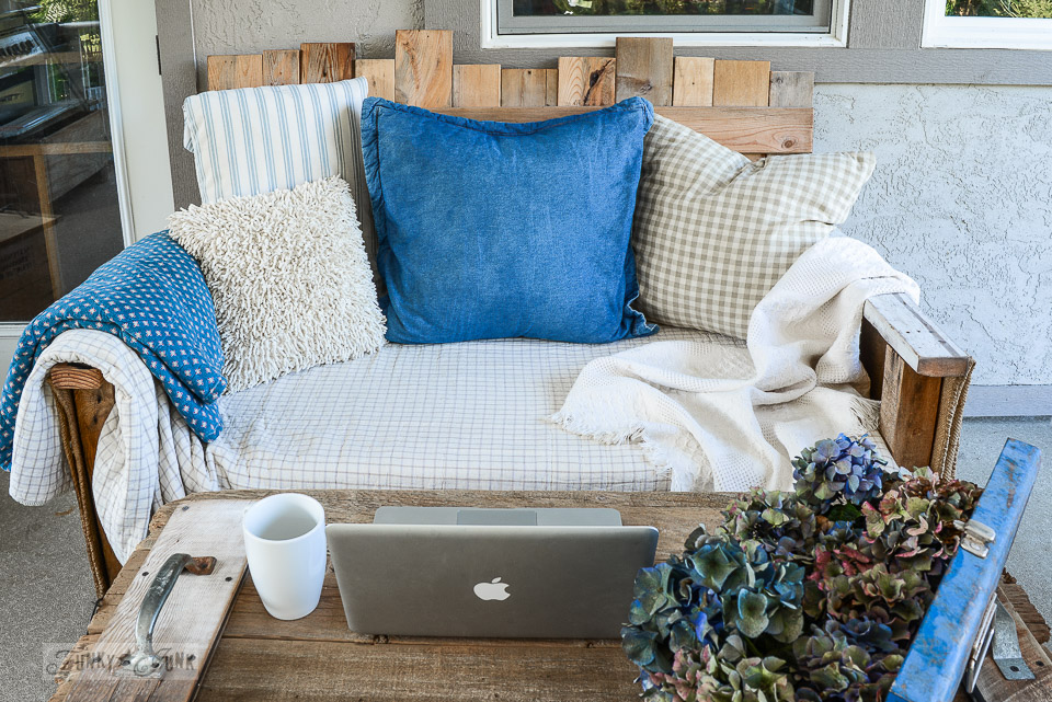 Blue and offwhite outdoor pallet wood sofa / funkyjunkinteriors.net