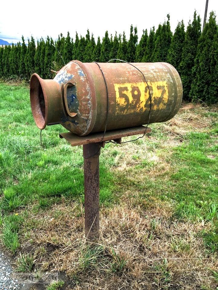 Rusty milkcan mailbox / funkyjunkinteriors