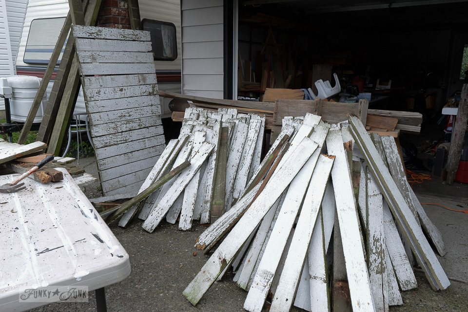 white fence plank haul / An easy way to take apart pallets or fences without fancy tools / funkyjunkinteriors.net