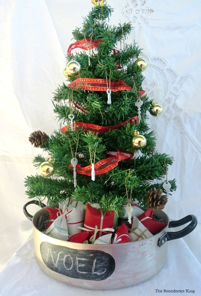 Roasting pan Christmas tree, by The Boondocks Blog, featured on Funky Junk Interiors