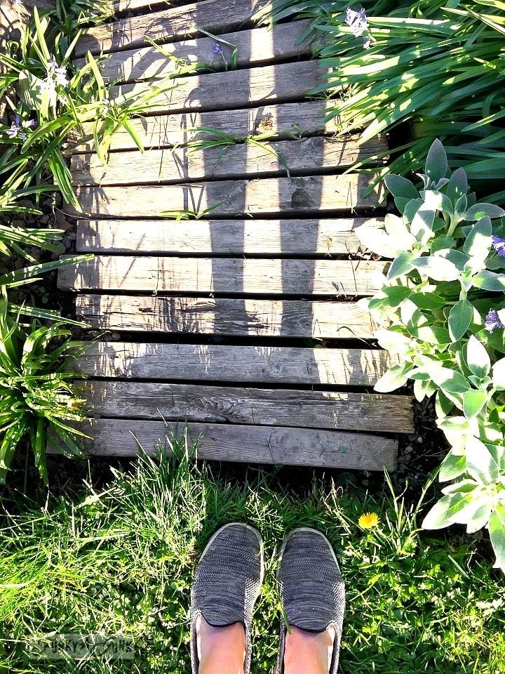 pallet wood walkway in a rustic natural garden / funkyjunkinteriors.net