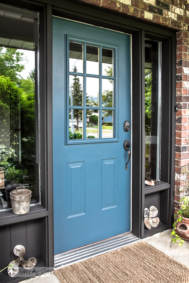 Learn tips on how to repaint your front door. Click for tips, and to learn what this amazing blue colour is called! #frontdoor #fusionmineralpaint