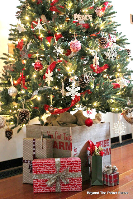 Christmas Tree pallet crate, by Beyond The Picket Fence, featured on Funky Junk Interiors