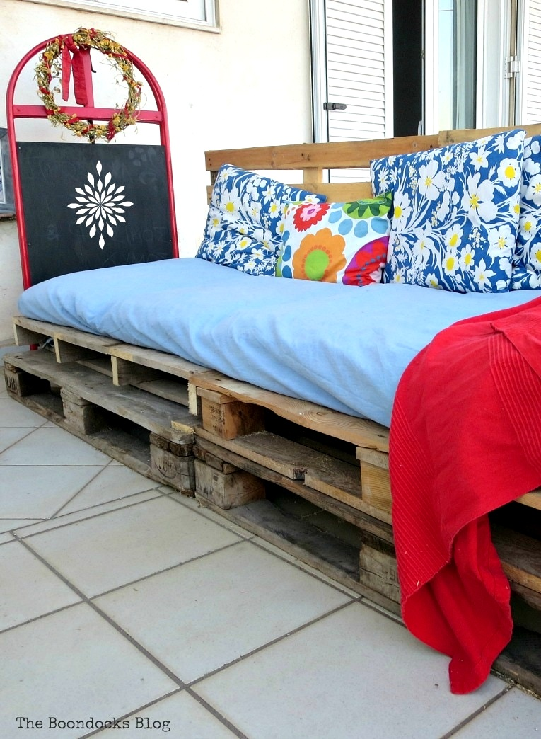 Easy stacked outdoor pallet sofa by The Boondocks Blog, featured on Funky Junk Interiors