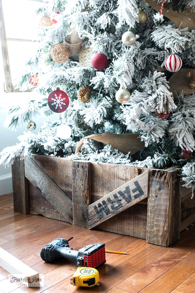 Learn how to build a simple reclaimed wood rustic Christmas tree skirt from fence planks and pallet wood! Easy instructions.