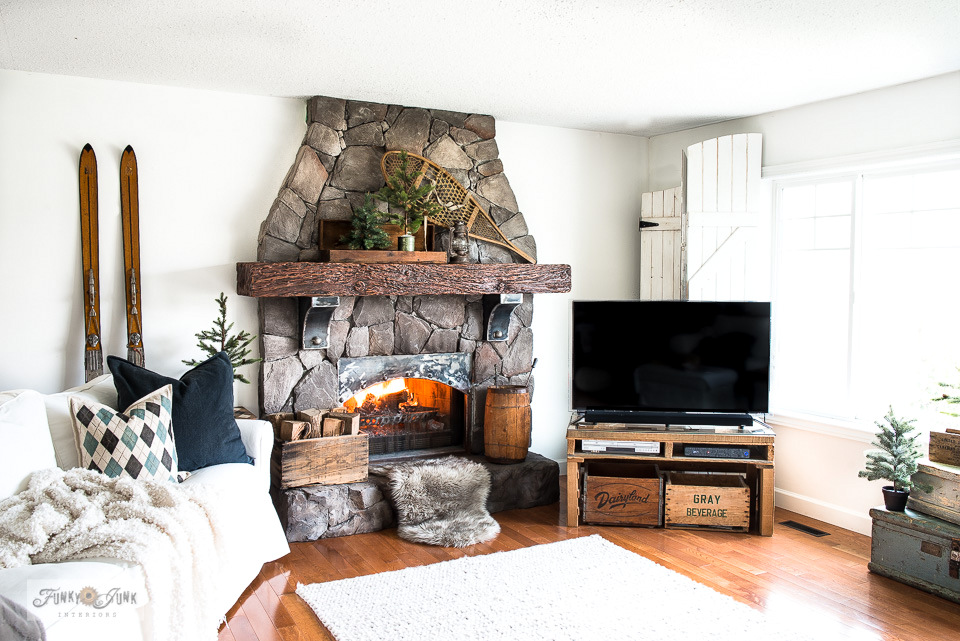 Take a winter livingroom tour, inspired by the ski hill! Includes vintage skiis, argyle pillow, stacked trunks, plus!