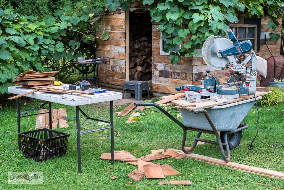 How to rig up a portable miter saw table outdoors by using a wheelbarrow! Click to full instructions.