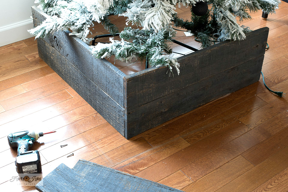 Check out this year's Natural Christmas tree with DIY crate skirt that is SO easy to build around an already standing tree using scrap wood! Click to read the full tutorial. #christmastree #christmastreecrate