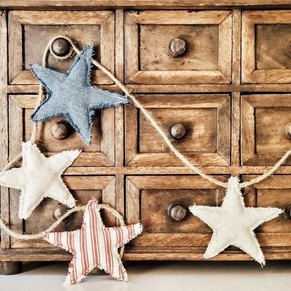 Guirlanda de estrela de tecido patriótico por French Creek Farmhouse, destaque em New Upcycled Projects para fazer 585 no Funky Junk!