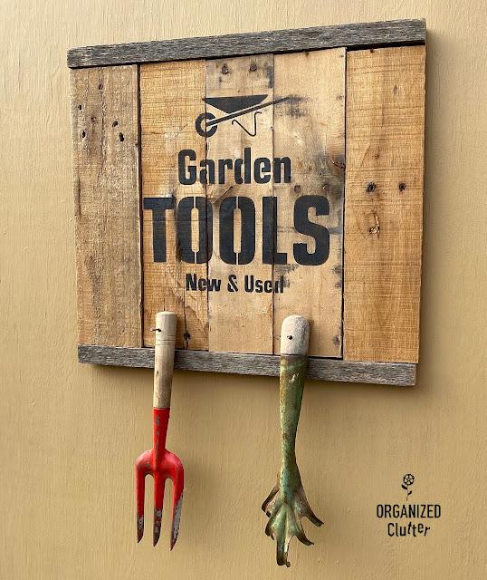 Sinalizador de cabide de Pallet Garden Tools por Organized Clutter, apresentado em Novos projetos aprimorados para fazer 587!