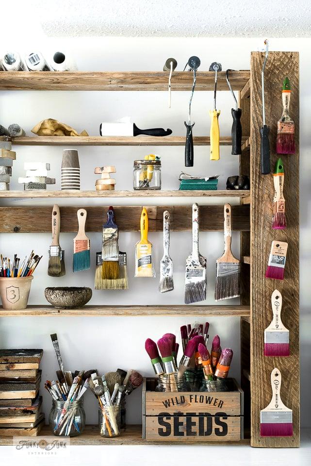 Prateleiras ajustáveis para pintura em madeira da Funky Junk Interiors