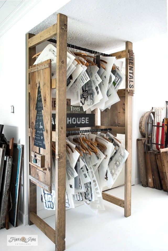 Armazenamento de estêncil de madeira 2x4 da Funky Junk Interiors